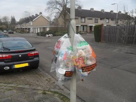 Het afval hangt letterlijk op straat