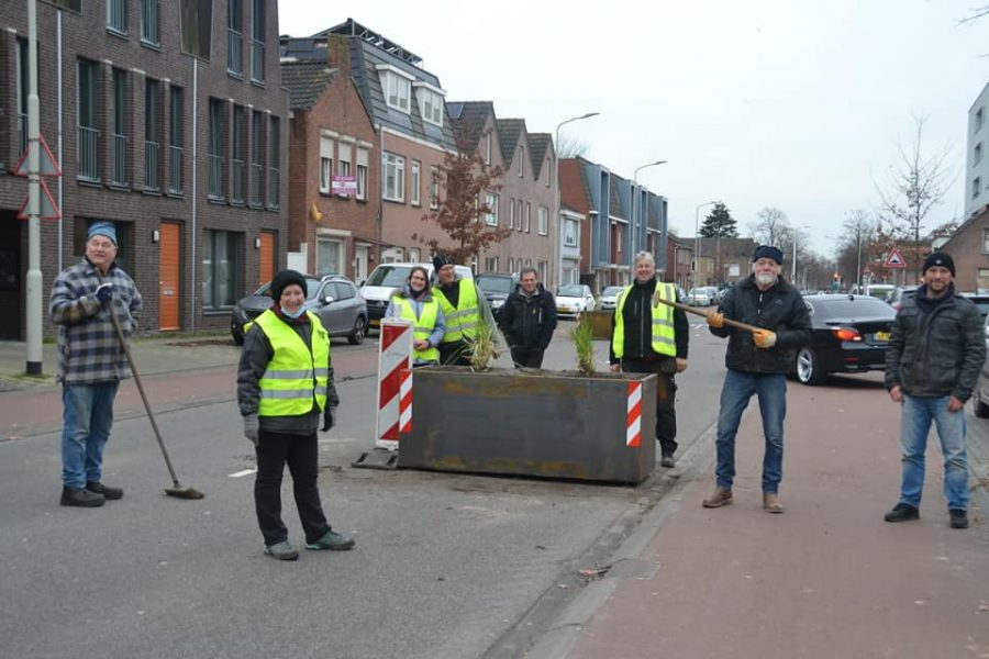 Bloembakken geplaatst op de Bredaseweg.